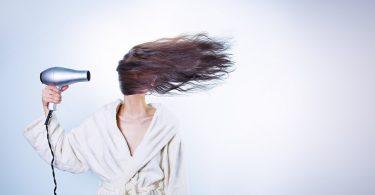 démêler cheveux dans douleur